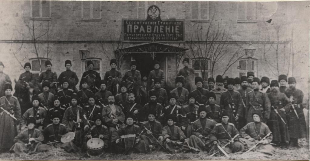 1906 г. Молодые казаки у станичного Правления перед отправкой