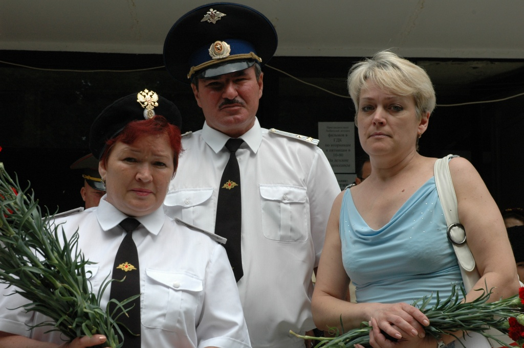 В. Борисенко с вдовами погибших казаков
